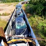 """Hrpa novih automobila uništena kada je vlak, koji ih je prevozio, naišao na """"prepreku"""""""